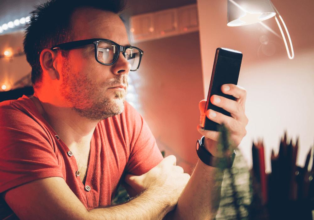 Hombre solicitando un préstamo de dinero urgente desde su celular