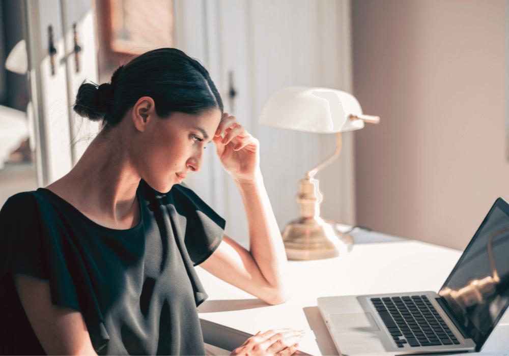 Mujer analizando simulador de préstamos online
