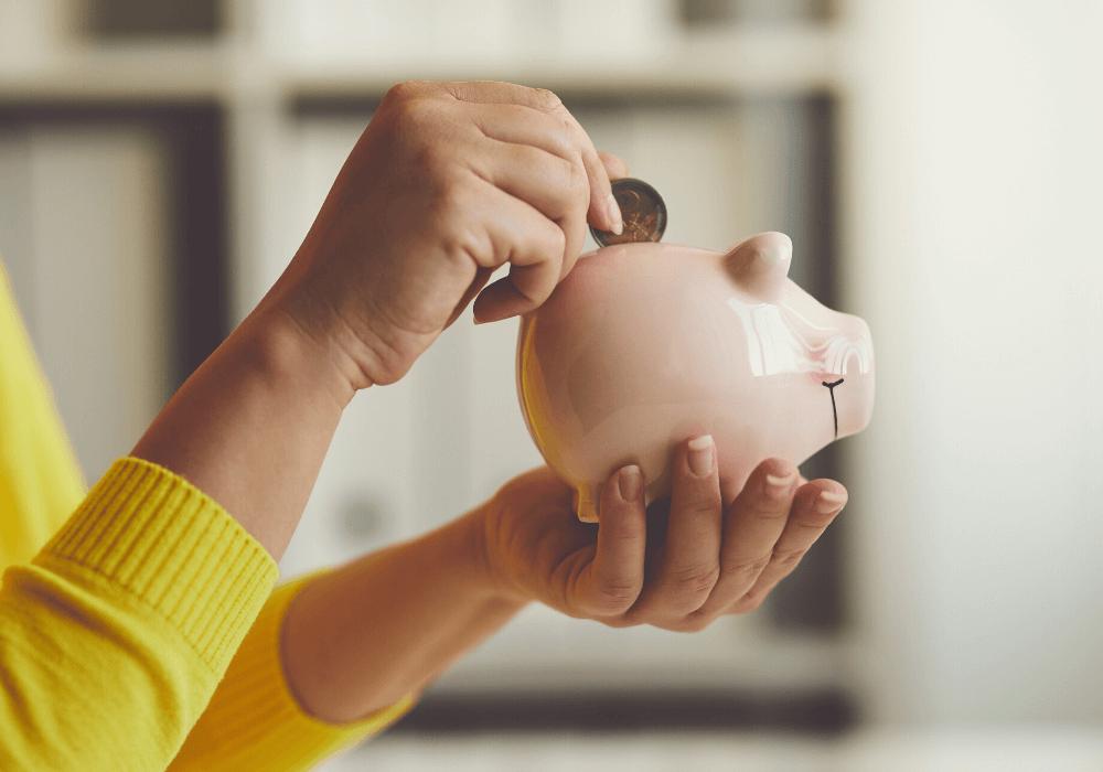 Usa una alcancía para ahorrar, juntando monedas. También puedes ahorrar eliminando gastos de tu rutina diaria.